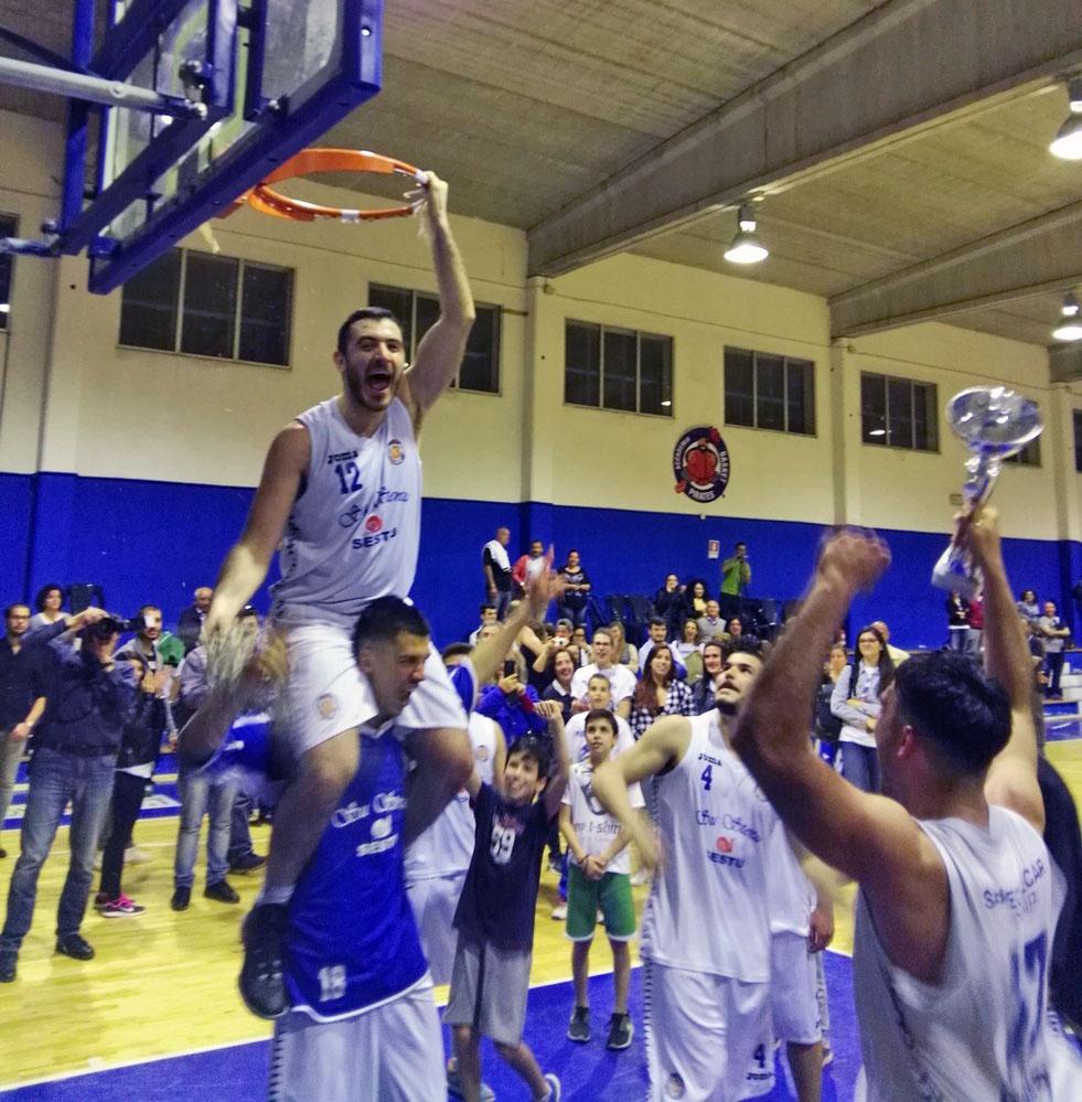 i festeggiamenti per la conquista del titolo regionale (foto www.accademiabasket.it)